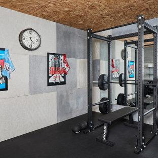 Immagine di una sala pesi country di medie dimensioni con pareti grigie