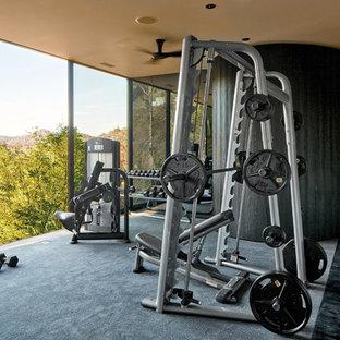 Moderner Fitnessraum mit grauer Wandfarbe, Teppichboden und grauem Boden in Los Angeles