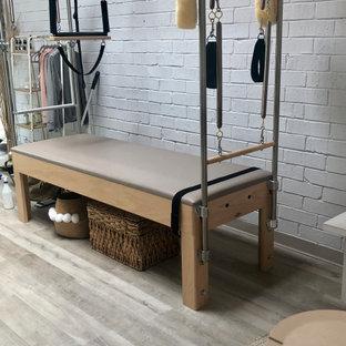 Esempio di uno studio yoga moderno con pavimento in vinile e pavimento grigio