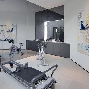 Mittelgroßes Modernes Kraftraum mit weißer Wandfarbe und Keramikboden in Los Angeles