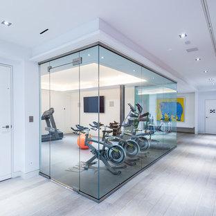 Immagine di una palestra multiuso tradizionale di medie dimensioni con pareti bianche e pavimento in linoleum