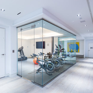 Multifunktionaler, Mittelgroßer Klassischer Fitnessraum mit weißer Wandfarbe und Linoleum in Toronto
