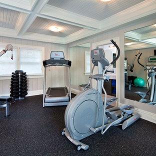Multifunktionaler Klassischer Fitnessraum mit grauer Wandfarbe und buntem Boden in New York