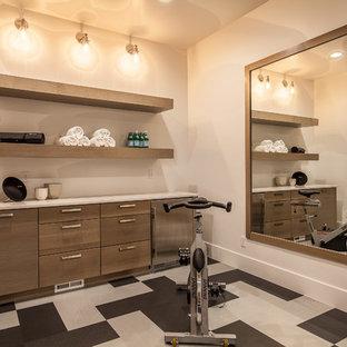 Multifunktionaler, Mittelgroßer Industrial Fitnessraum mit beiger Wandfarbe, Keramikboden und buntem Boden in Las Vegas
