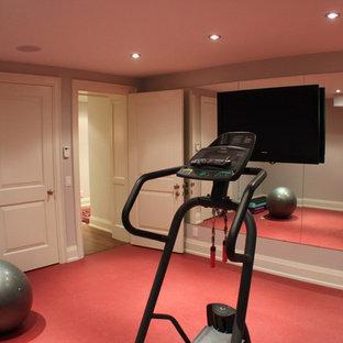 Moderner Fitnessraum mit rotem Boden in Toronto