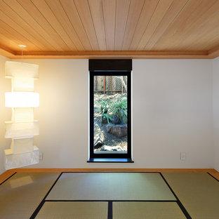 Idee per un grande studio yoga design con pareti bianche e pavimento beige