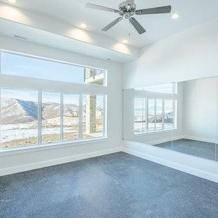 Idee per una palestra multiuso minimalista di medie dimensioni con pareti grigie, pavimento in laminato e pavimento nero