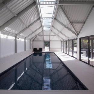 Esempio di una palestra multiuso minimal di medie dimensioni con pareti bianche, pavimento con piastrelle in ceramica e pavimento bianco
