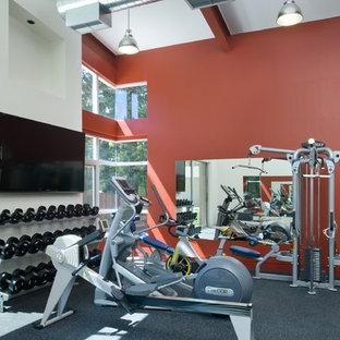 Multifunktionaler Moderner Fitnessraum mit roter Wandfarbe und grauem Boden in San Francisco