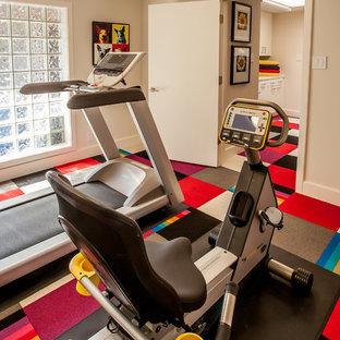 Kleiner Moderner Fitnessraum mit beiger Wandfarbe, Teppichboden und buntem Boden in Dallas