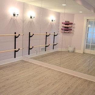 Foto di uno studio yoga country di medie dimensioni con pareti viola e pavimento in vinile