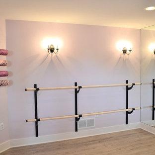 Mittelgroßer Landhaus Yogaraum mit lila Wandfarbe und Vinylboden in Detroit
