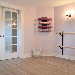 Пример оригинального дизайна: йога-студия среднего размера в стиле кантри с фиолетовыми стенами и полом из винила