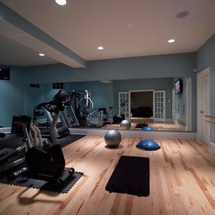 Moderner Fitnessraum mit blauer Wandfarbe und hellem Holzboden in Washington, D.C.