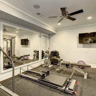 Cette photo montre une salle de sport moderne multi-usage et de taille moyenne avec un mur gris et un sol gris.