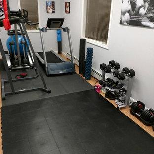 Multifunktionaler, Kleiner Fitnessraum mit weißer Wandfarbe und schwarzem Boden in Minneapolis