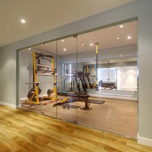 Esempio di una sala pesi design di medie dimensioni con pareti grigie, pavimento in sughero e pavimento beige