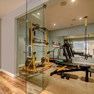Idee per una sala pesi contemporanea di medie dimensioni con pareti grigie e pavimento in sughero