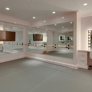 Exemple d'une salle de sport chic multi-usage et de taille moyenne avec un mur beige, un sol en vinyl et un sol gris.