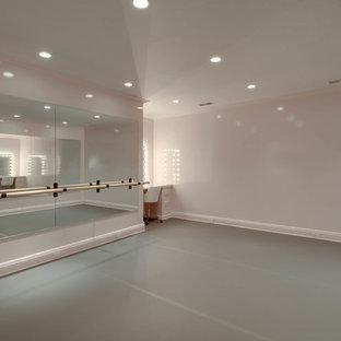 Immagine di una palestra multiuso classica di medie dimensioni con pareti beige, pavimento in vinile e pavimento grigio