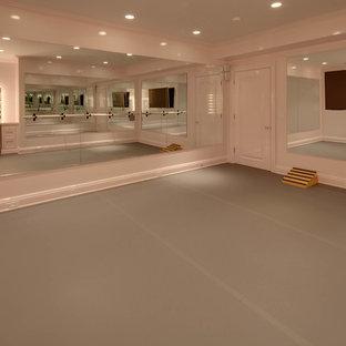 Foto di una palestra multiuso classica di medie dimensioni con pareti beige, pavimento in vinile e pavimento grigio