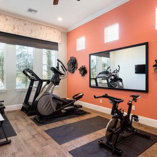 Multifunktionaler, Mittelgroßer Klassischer Fitnessraum mit oranger Wandfarbe, Porzellan-Bodenfliesen und braunem Boden in Orlando