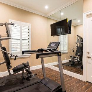 Multifunktionaler, Kleiner Klassischer Fitnessraum mit beiger Wandfarbe, Porzellan-Bodenfliesen und braunem Boden in Orlando
