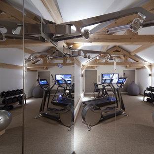 Multifunktionaler, Großer Moderner Fitnessraum mit weißer Wandfarbe in Cheshire