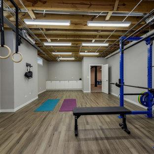 Ispirazione per una palestra multiuso chic di medie dimensioni con pareti grigie, pavimento in laminato e pavimento marrone