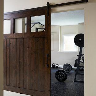 Inspiration pour une grande salle de musculation traditionnelle avec un mur gris.