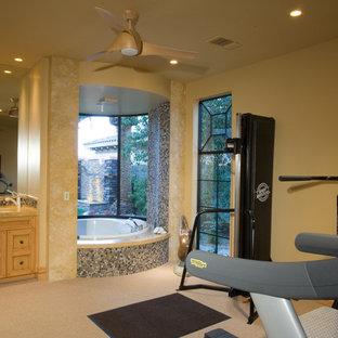 Multifunktionaler, Geräumiger Rustikaler Fitnessraum mit beiger Wandfarbe, Teppichboden, beigem Boden und gewölbter Decke in Las Vegas