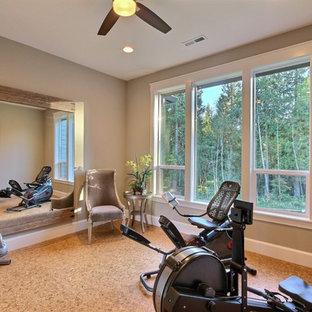 Idee per una sala pesi chic di medie dimensioni con pareti grigie e pavimento in sughero