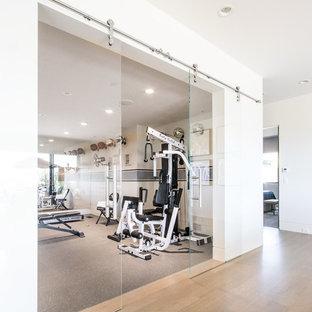 Idee per una sala pesi design di medie dimensioni con pareti bianche, pavimento in linoleum e pavimento grigio