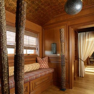 Idee per uno studio yoga di medie dimensioni con pareti marroni, parquet scuro, pavimento marrone e soffitto a volta