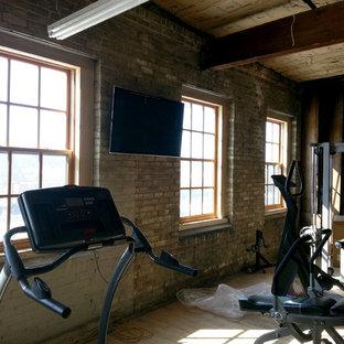 Multifunktionaler, Großer Rustikaler Fitnessraum mit beiger Wandfarbe, hellem Holzboden und beigem Boden in Sonstige