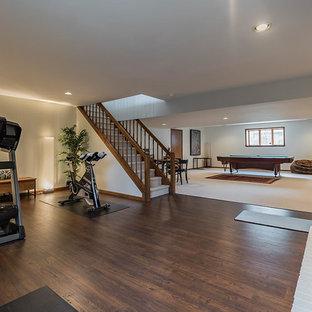 Ispirazione per una palestra in casa classica con pareti bianche e pavimento in bambù