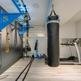 Multifunktionaler, Kleiner Moderner Fitnessraum mit grauer Wandfarbe, Porzellan-Bodenfliesen und beigem Boden in Toronto