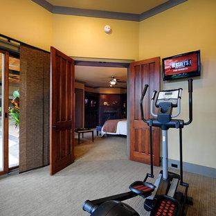 Idee per un piccolo studio yoga classico con pareti beige, moquette e pavimento beige