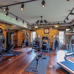 Klassisches Kraftraum mit braunem Holzboden in Cincinnati
