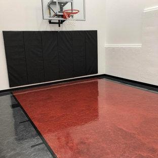 ミネアポリスのトラディショナルスタイルのおしゃれな室内コート (コンクリートの床) の写真