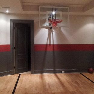 Idee per un campo sportivo coperto minimalista di medie dimensioni con pareti multicolore e parquet chiaro