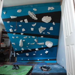 Kleiner Moderner Fitnessraum mit Kletterwand und weißer Wandfarbe in Hawaii