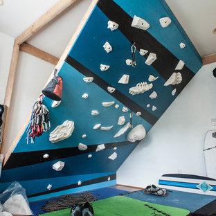 Kleiner Moderner Fitnessraum mit Kletterwand, weißer Wandfarbe und Bambusparkett in Hawaii