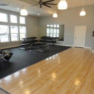 ワシントンD.C.の巨大なトランジショナルスタイルのおしゃれなトレーニングルーム (グレーの壁、淡色無垢フローリング、ベージュの床) の写真