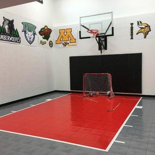 Klassischer Fitnessraum mit Indoor-Sportplatz in Minneapolis