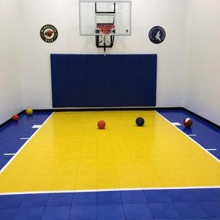 Ispirazione per un campo sportivo coperto chic con pareti bianche e pavimento multicolore