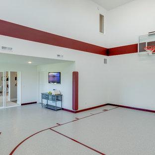 Ispirazione per un campo sportivo coperto country con pareti multicolore, pavimento multicolore e pavimento in pietra calcarea