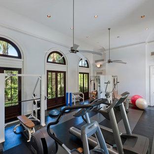 Esempio di una grande sala pesi classica con pareti bianche, pavimento in vinile e pavimento multicolore