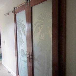 Immagine di una palestra in casa tropicale