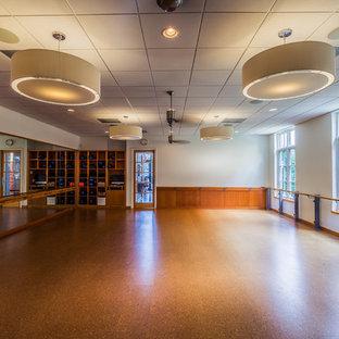 Immagine di uno studio yoga moderno con pareti bianche e pavimento in sughero